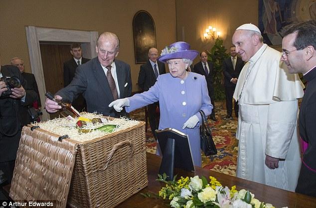 regina-elisabetta-papa-francesco-doni-gilda-and-the-royals