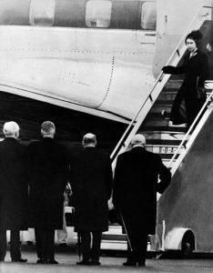 La Regina Elisabetta appena atterrata a Londra dopo aver saputo della morte del padre